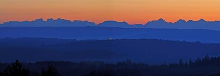 Das Panorama der Alpen im Abendlicht am Donnerstagabend (24.01.2008) hinter der Landschaft von Niederbayern nahe Aicha vorm Wald (zusammengesetzt aus zwei Einzelbildern). Eine Kaltfront zieht von Nordwesten her über Bayern hinweg. Im Tagesverlauf breitet sich Hoch «Bernd» von der Biskaya über Süddeutschland aus und sorgt auch am Samstag für freundliches Wetter. Foto: Armin Weigel dpa/lby +++(c) dpa - Report+++