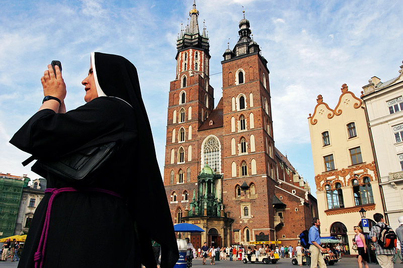 poland_krakow_cracow_mariacki_church_nun_tourism_tourist