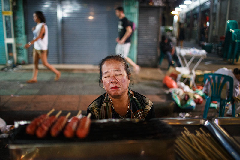 thailand_bangkok_banglamphu_night_nightlife_tourists_food_vendor_snacks_sleeping